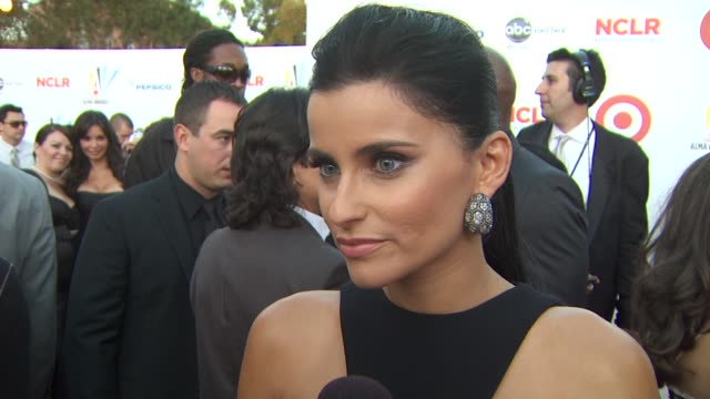 nelly furtado on the importance of the alma awards and her excitement to perform her first single of her new album 'mi plan' at the 2009 alma awards... - アルバムのタイトル点の映像素材/bロール