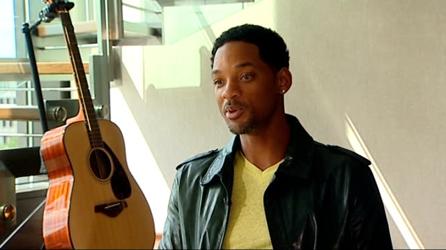 vidéos et rushes de friends and fans pay tribute london int will smith interview sot he will probably be remembered as greatest historical figure of this era - 90e anniversaire anniversaire