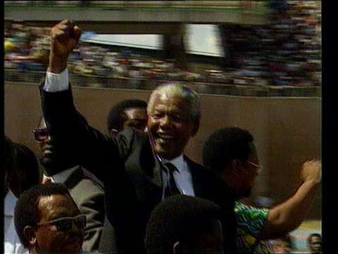 vidéos et rushes de nelson mandela alleges election sabotage; s africa: cms nelson mandela along with others on top of car as waves to people in large crowd at rally in... - élection