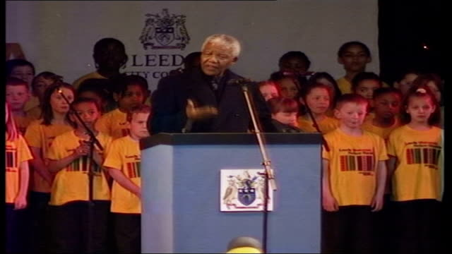 nelson mandela british tour: arrival and speech in leeds; england: leeds: ext nelson mandela to podium and speaks. / mandela ushered to seat by jon... - {{relatedsearchurl(carousel.phrase)}} video stock e b–roll