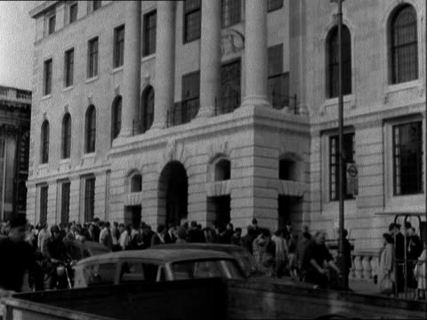 vídeos de stock, filmes e b-roll de london south africa house ext cms placard 'release south african political prisoners' tilt to students walking in front of s africa house ms side... - nelson mandela