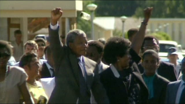 nelson mandela death reaction 1121990 / r11029001 nr cape town victor verster prison nelson mandela prison release mandela and his wife winnie... - loslassen aktivitäten und sport stock-videos und b-roll-filmmaterial