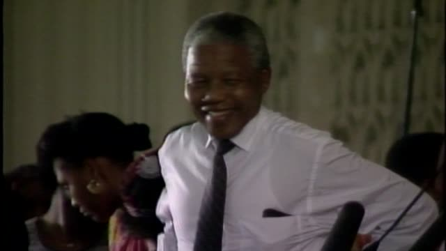 vídeos de stock, filmes e b-roll de wgn nelson mandela made a trip to chicago to raise money for the first multiracial south african election operation push chanting free south africa... - nelson mandela