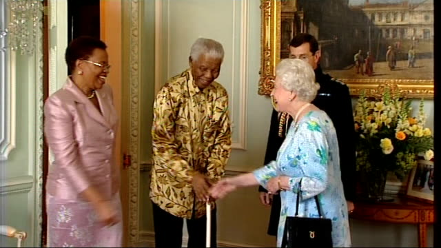 vídeos de stock, filmes e b-roll de london buckingham palace int former south african president nelson mandela and wife graca into room to meet queen elizabeth ii sot and taking seat... - 2008