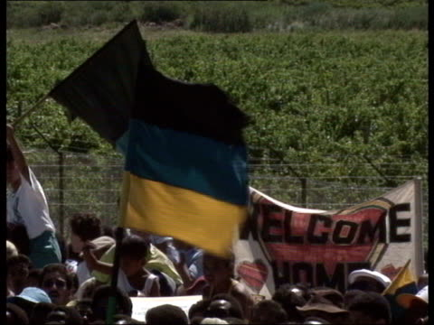 nelson mandela released from prison crowd of nelson mandela supporters gathered some with anc flags more vehicles arriving close ups of anc flags - loslassen aktivitäten und sport stock-videos und b-roll-filmmaterial