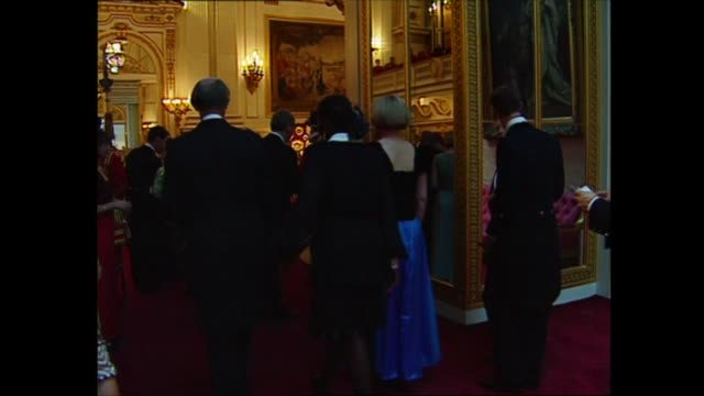 nelson mandela state visit: day 1: buckingham palace banquet; england: london: buckingham palace: int gvs of banqueting hall and guests arriving... - 1日目点の映像素材/bロール