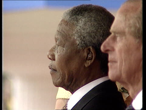 vídeos y material grabado en eventos de stock de nelson mandela state visit: day 1:; c4n: england: london: the mall tms queen elizabeth ii and s african pres nelson mandela along in coach l-r side... - forrajear