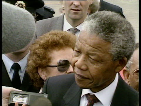 nelson mandela surrounded by crowd of press trying to get interviews with him at dublin airport 30 jun 90 - ノーベル平和賞点の映像素材/bロール