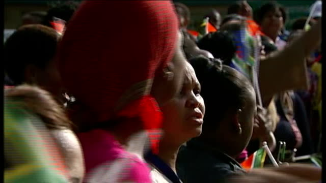 nelson mandela's body lies in state in pretoria; crowd of people cheering and waving south african flags women singing and waving flags various shots... - 正装安置点の映像素材/bロール