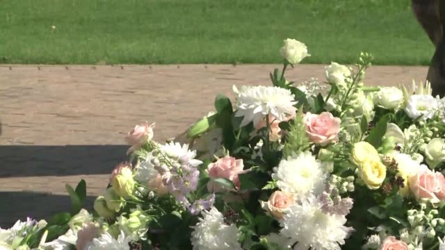 stockvideo's en b-roll-footage met nelson mandelas family and friends laid wreaths at the foot of a statue honouring the liberation hero on friday to mark one year since his death - gauteng provincie