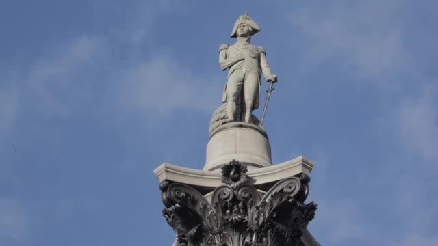 vidéos et rushes de nelson's column / cloud, trafalgar square, westminster, london, england, uk - trafalgar square