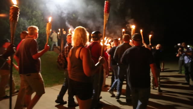 vídeos de stock e filmes b-roll de neo nazis, alt-right, and white supremacists march through the university of virginia campus with torches in charlottesville, va., united states on... - nazismo