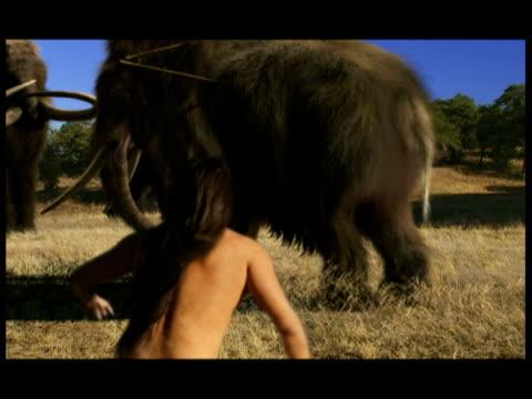 vídeos y material grabado en eventos de stock de neolithic hunters with spears attack woolly mammoths. - cazador