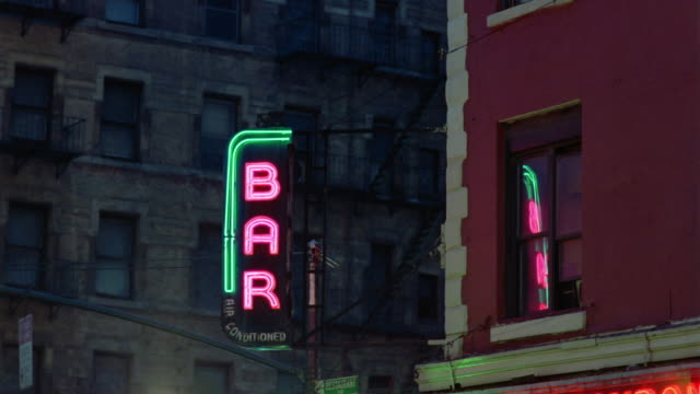 stockvideo's en b-roll-footage met cu, neon bar sign at night, manhattan, new york city, new york, usa - bar gebouw