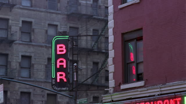 stockvideo's en b-roll-footage met cu, neon bar sign, manhattan, new york city, new york, usa - bar gebouw