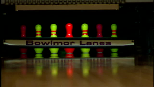 neon bowling ball toward neon pins with focus in and outs - ボーリングボール点の映像素材/bロール