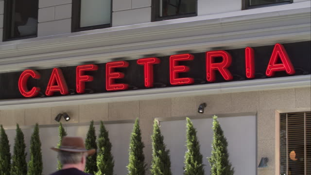 neon cafeteria sign in new york city. - beliebiger ort stock-videos und b-roll-filmmaterial