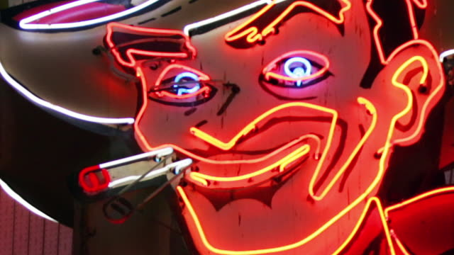 cu, zo, ms, t/l, neon cowboy sign, las vegas, nevada, usa - sigaretta video stock e b–roll