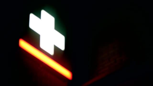 vídeos de stock e filmes b-roll de neon cross, pharmacy, night - cruz equipamento religioso