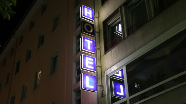 stockvideo's en b-roll-footage met neon hotel sign, broken letter flickering - gevel