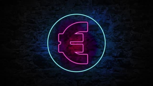 4k neon licht euro sign animation an der ziegelwand - symbol stock-videos und b-roll-filmmaterial