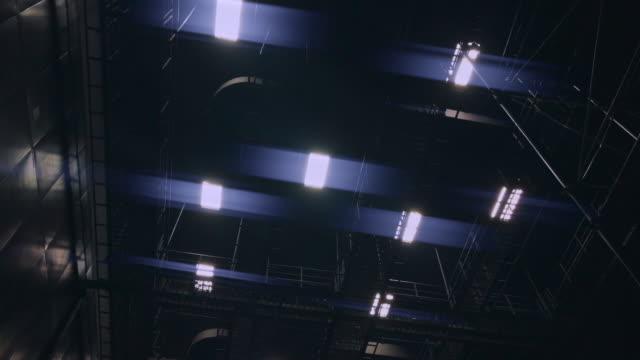 vídeos y material grabado en eventos de stock de luz de neón en estudio - reflector luz eléctrica