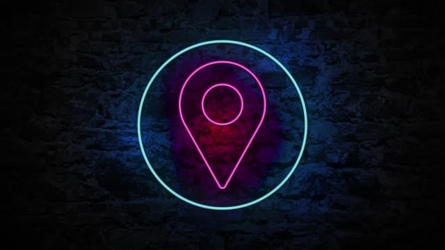 vídeos de stock, filmes e b-roll de animação do pino claro de 4k neon na parede de tijolo - map pin icon