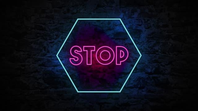 vídeos de stock, filmes e b-roll de animação do batente claro de 4k neon na parede de tijolo - placa de rua
