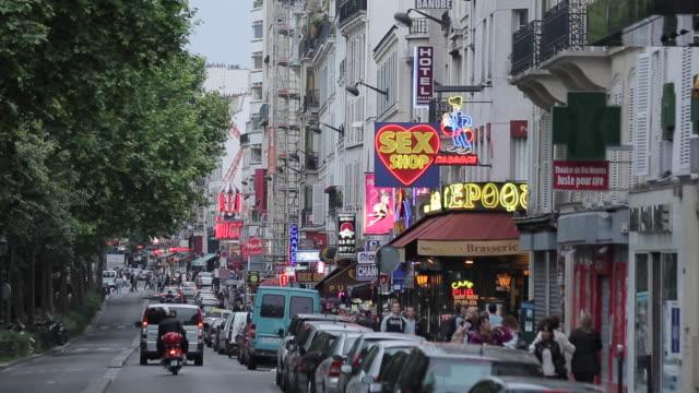neon lights and le moulin rouge, boulevard de clichy, paris, france, europe - insegna di negozio video stock e b–roll