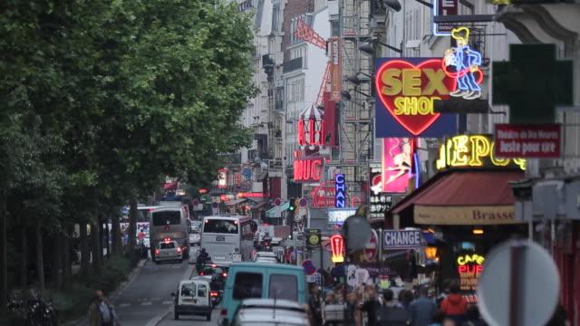 vidéos et rushes de neon lights and le moulin rouge, boulevard de clichy, paris, france, europe - signalisation