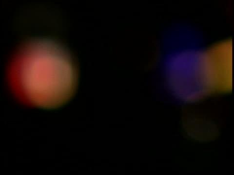 vídeos de stock, filmes e b-roll de neon lights - foco difuso