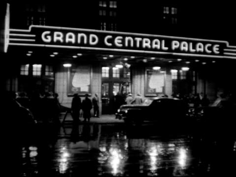 vídeos de stock e filmes b-roll de neon marquee sign ws grand central palace marquee cars on wet street fg ms crowd of people outside 'the beast' car pulling up to curb w/ body lifting... - chassi