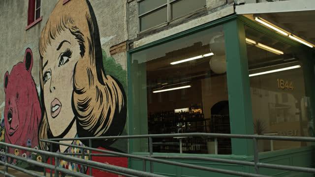 neon sign and mural for liquor store in brenham, texas - 人の姿点の映像素材/bロール