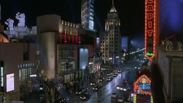 vídeos de stock, filmes e b-roll de a neon sign for el capitan theater flashes on the hollywood strip. - hollywood boulevard