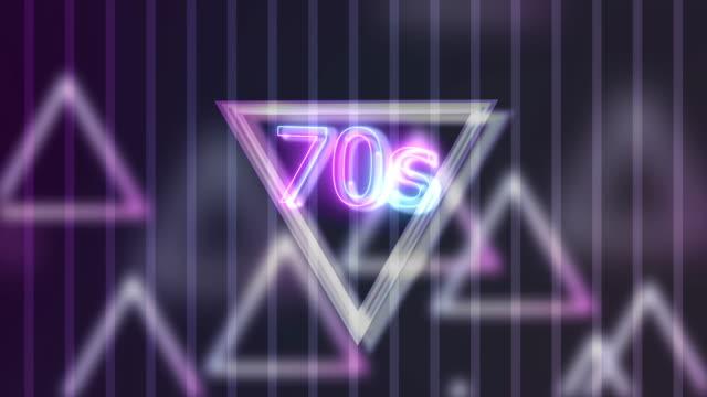 stockvideo's en b-roll-footage met neon teken licht 70s op driehoek abstracte achtergrondanimatie - 70 79 jaar