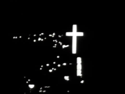 vídeos y material grabado en eventos de stock de 1965 ws neon sign of a cross above bronx / new york city, new york, united states - cruz objeto religioso