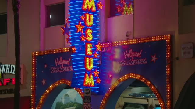 vídeos y material grabado en eventos de stock de ms td neon sign of hollywood wax museum at night / hollywood boulevard, hollywood, city of los angeles, california, united states - escritura occidental