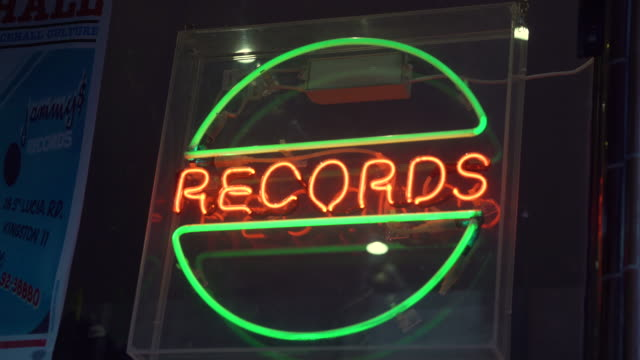 """neon sign saying """"records"""" in the window of a music record store - ミュージックショップ点の映像素材/bロール"""