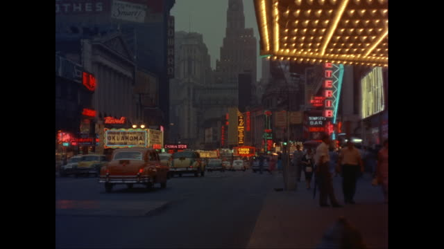 vídeos de stock, filmes e b-roll de ws neon signs and theater marquees in times square at night / new york city, new york state, united states - 1950