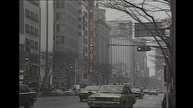 vidéos et rushes de neon signs in tokyo declaring day on of the new imperial heisei era as emperor akihito acceded to the throne, 1989 - 1980 1989
