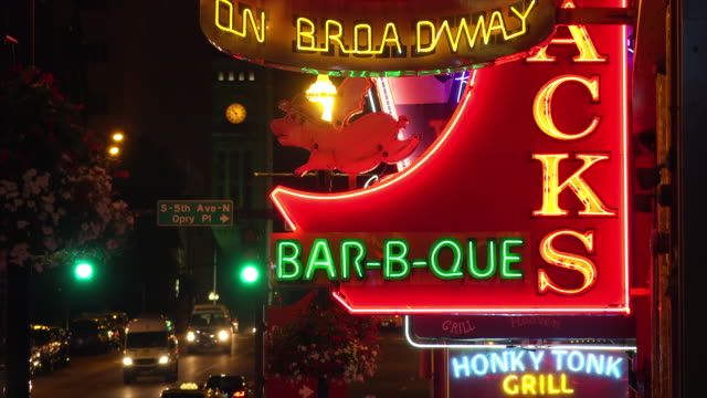 vídeos de stock e filmes b-roll de neon signs on broadway street in nashville, tennessee at night - tennessee