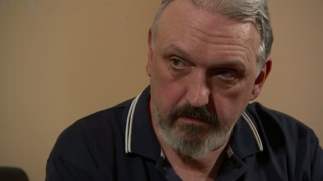 vídeos y material grabado en eventos de stock de neonazi and national front organiser quits movement and comes out as gay sequence various shots of kevin wilshaw chatting to reporter as looking at... - personal organiser