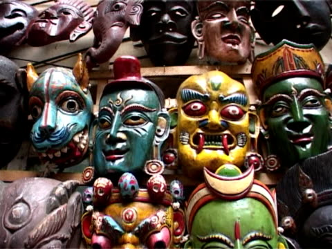 nepal, handgefertigter masken, kathmandu marktstand - mythologie stock-videos und b-roll-filmmaterial