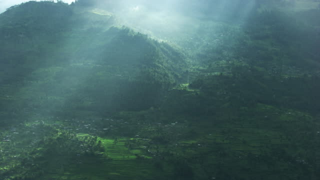 Nepal : Sunlight into a valley