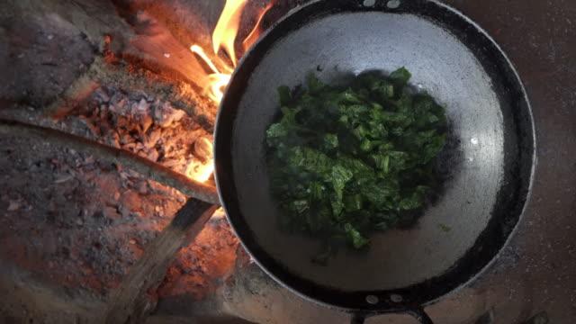 Nepalees diner bereid boven vuur