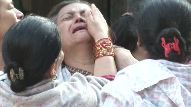 nepali women mourn the death of a family member in the street / a major earthquake hit kathmandu mid-day on saturday, april 25th, and was followed by... - 2015年 個影片檔及 b 捲影像