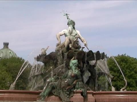 vídeos y material grabado en eventos de stock de neptun fuente. berlín. - marmolizado