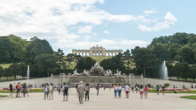 neptunbrunnen und die gloriette im garten, wien, österreich - sculpture stock-videos und b-roll-filmmaterial