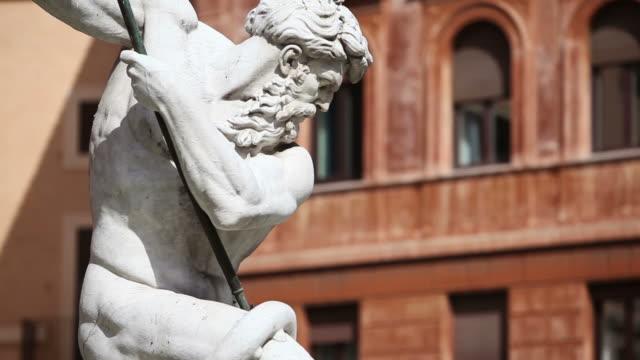 vídeos de stock, filmes e b-roll de estátua de netuno obra-prima em roma - escultura