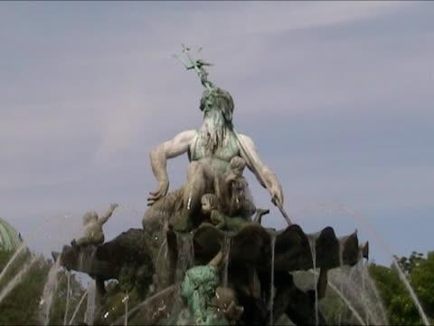 vídeos y material grabado en eventos de stock de fuente de neptuno en alexander platz, berlín - marmolizado